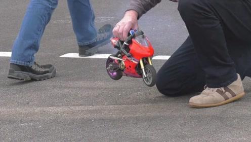 最小的玩具摩托车,老外放到地上启动后,原来还是个真家伙