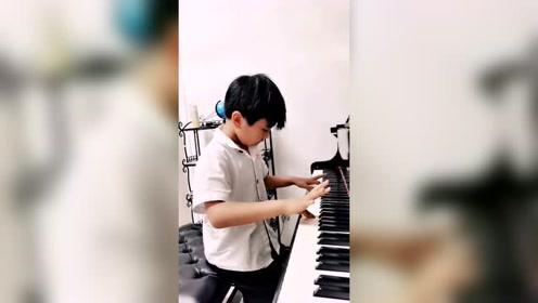 小学生弹钢琴,难以想象这么小的年纪就这么有才华,厉害了!