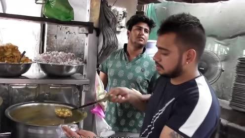 小伙街头卖特色小吃,调料随便吃,印度朋友:套路真多!
