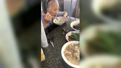 """这个老奶奶像极了""""老顽童"""",看到肉吃得比孩子都开心!"""