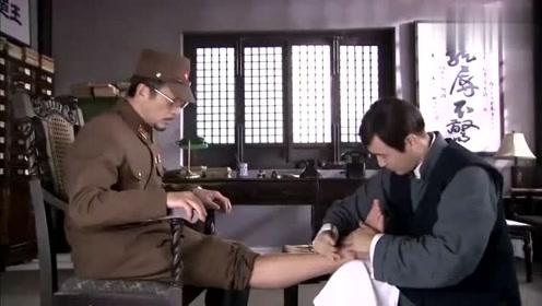 男子给鬼子修脚,割几刀表面上没事,不料走几步腿竟然裂了