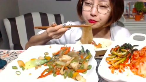 大胃王妹子吃宽粉和泡菜,大口大口吃宽粉,塞的嘴里鼓鼓的!