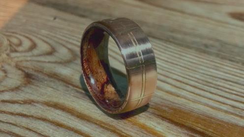 老外自制金属戒指,除了铜丝外衬还嵌上木制内衬,想法不一般!