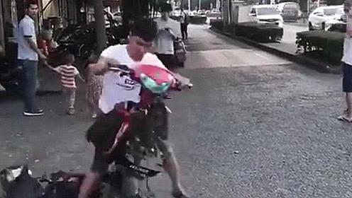 小伙骑摩托车出门,刚上路就四分五裂,还愣着干啥赶紧捡吧!