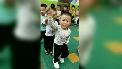 濮阳一幼儿园男孩带队喊口号爆红网络