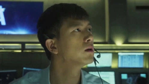 """中国机长:李现一句""""四川8633""""牵动人心,原形比这更揪心!"""