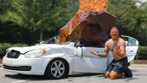 """汽车被一块""""陨石""""砸中,车主本以为发财了,仔细一看无语了!"""