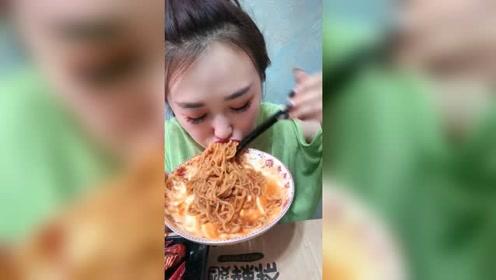 东北大姐吃火鸡面是真厉害啊,一盘瞬间就吃完了,嚼都不嚼啊!