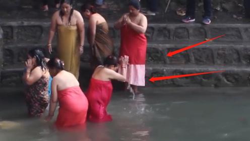 世界上没有浴室的国家,女人在河边洗澡,男人在岸上吹牛