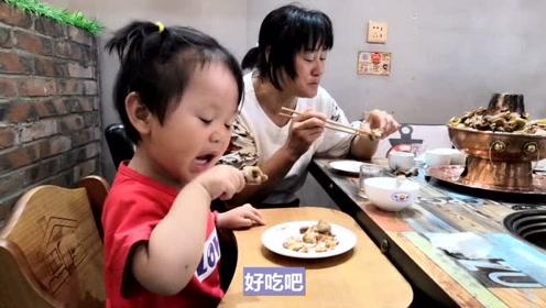 生了一个爱吃鸡腿的小宝宝,看看宝宝的吃相,这是有多好吃?