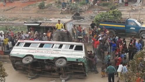 汽车在大马路上翻车,众人协力也无济于事,这时候来了一头大象!