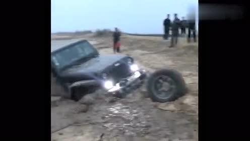 这牧马人直接废了,陷入泥坑备胎都拿出了,两辆车都拉不出来!