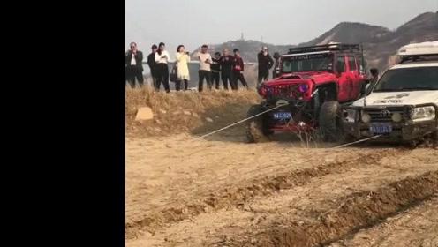 玩泥的最高境界,深陷泥潭,两辆越野车都拉不动