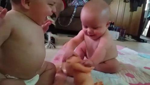双胞胎抢玩具,哥哥抢不过就哭,妈妈帮忙都没用,弟弟一下抢回来