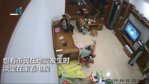 广西地震多地震感明显:病人输液举吊瓶上街 有人在家淡定看电视