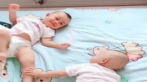双胞胎兄弟俩每天起床,都要当着为娘的面腻歪一会,让我情何以堪