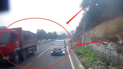 SUV逆行弯道超车!正常行驶的大货车让到沟里还是撞在一起,网友:没长眼