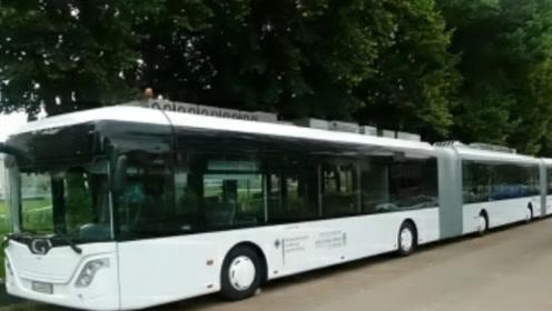 """公交车终于出现""""巨无霸""""了,载客量惊人,网友:再也不会拥挤!"""