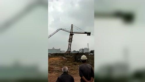 烂尾工程吊塔成安全隐患,吊臂已经锈断,无奈只能拆除!