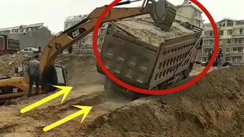 看看挖掘机的力量,货车马上翻车,多亏挖掘机伸手相助!