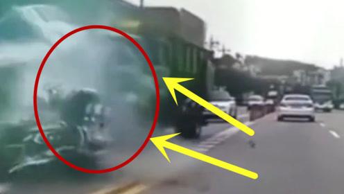 神走位!货车顶着摩托车冲了过去,这男子真是太厉害了!