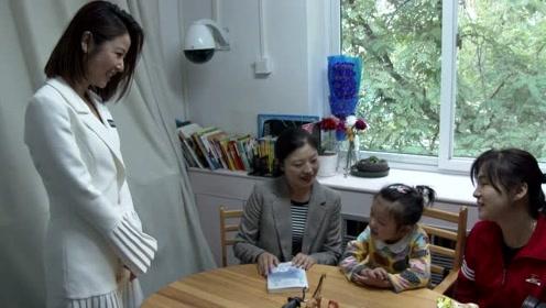 林心如现身慈善活动 与小朋友互动尽显母爱