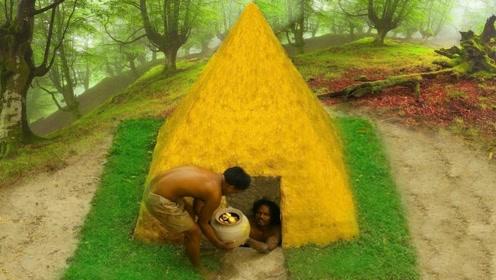 小哥在地坑挖到黄金,将其熬成液体涂在土屋上,有钱真会浪费!