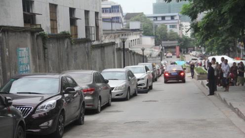 路边停车很困难?老司机:会这样倒进车位的,至少有2年驾龄