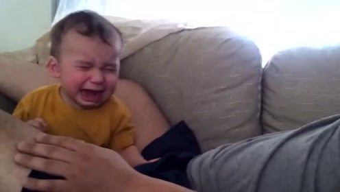 爸爸假装大哭,没想到宝宝也哭了,真逗