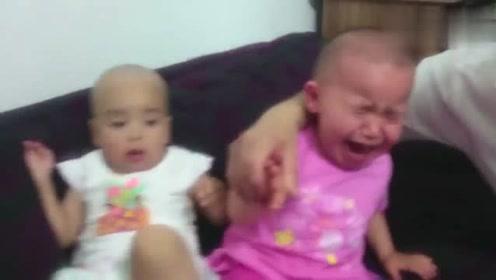 双胞胎妹妹一抓到姐姐手指就放进嘴咬,太逗了