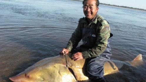 """黑龙江鱼塘出现""""水怪"""",渔民用13天抽干水后,成为全村首富"""