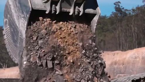 挖掘机界的巨人,一铲斗能挖8吨土,司机的技术配得上百万年薪!