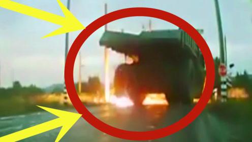 """""""巨型运输车""""通过路口瞬间起火,网友:这是踩电门上了吧!"""