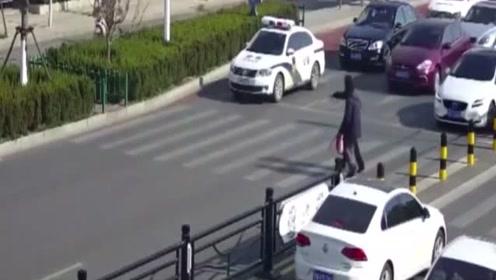 老人颤颤巍巍,不敢通过车流,3秒后警察的做法不禁让人敬畏!