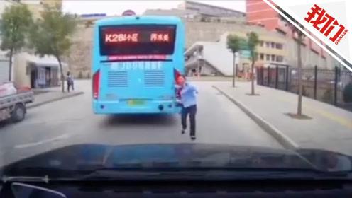 """""""无人驾驶""""公交车失控撞上私家车 监控录下被撞车内惊声尖叫"""