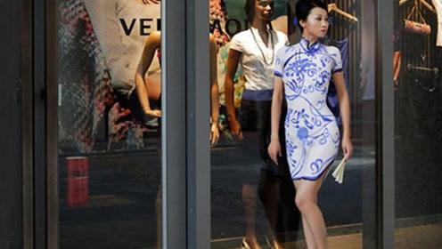 她在皮肤上画了件衣服就上街,不料引众人围观,网友:太大胆了!
