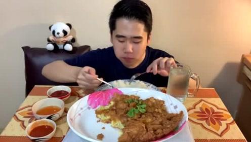 泰国小哥自做油炸鸡蛋,吃起来酥酥的,下次我也试试这样做