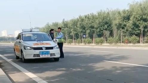 科三女考生被安全员赶下车 网友:你应该感谢他!