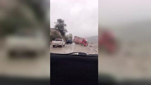 路上无意间拍到,这恐怕是货车新手吧,雨天路滑注意安全