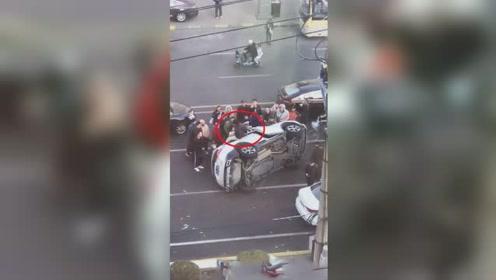 丰田车与奥迪车相撞发生侧翻 车内乘客自救爬出车厢