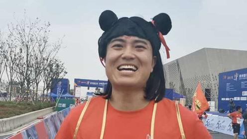 超吸睛!郑州马拉松开跑,小伙扮哪吒跑84里,路人:风火轮呢