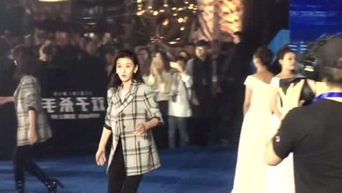 《双子杀手》上海首映红毯,宋祖儿身穿帅气格子西装,可爱又率真