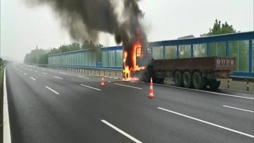 货车高速起火为其他车辆安全 硬头皮靠边刚逃生火势吞噬车头