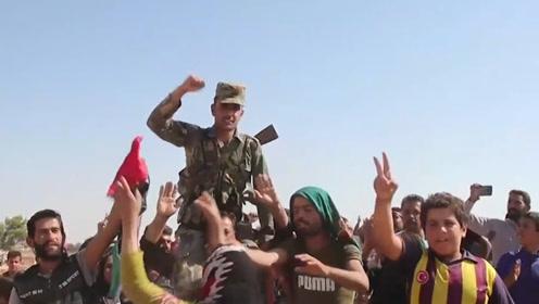 叙利亚政府军进入北方 当地居民举阿萨德肖像欢呼
