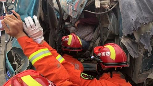 铜川两车相撞 一人被困 消防人员紧急救援