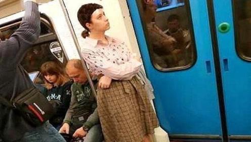 女子坐地铁要求男乘客让座被拒,竟脱下裤子大吼:因为我是女人!
