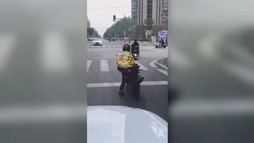 """摩托骑手身披实习""""战袍""""兜风 骑单车式上路笑喷网友"""