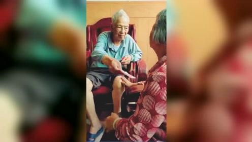 暖心又泪目!101岁老爸还想着给七旬闺女零花钱