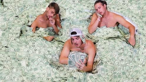 老外挑战钞票泡澡,最终赢家获100万,网友:有本事来中国!