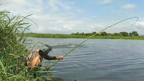这么快又中大鱼了,钓友拼命拉杆,看到那收获真是让人喜出望外